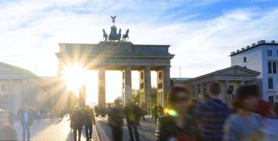 Sonnendurchflutetes Brandenburger Tor in Berlin (weißer Filter)