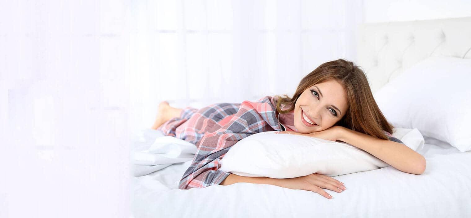 Frau liegt auf dem Bett