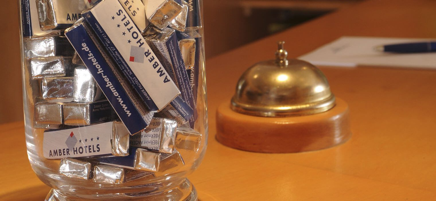 Schale mit AMBER HOTELS Pfefferminz und Tischklingel
