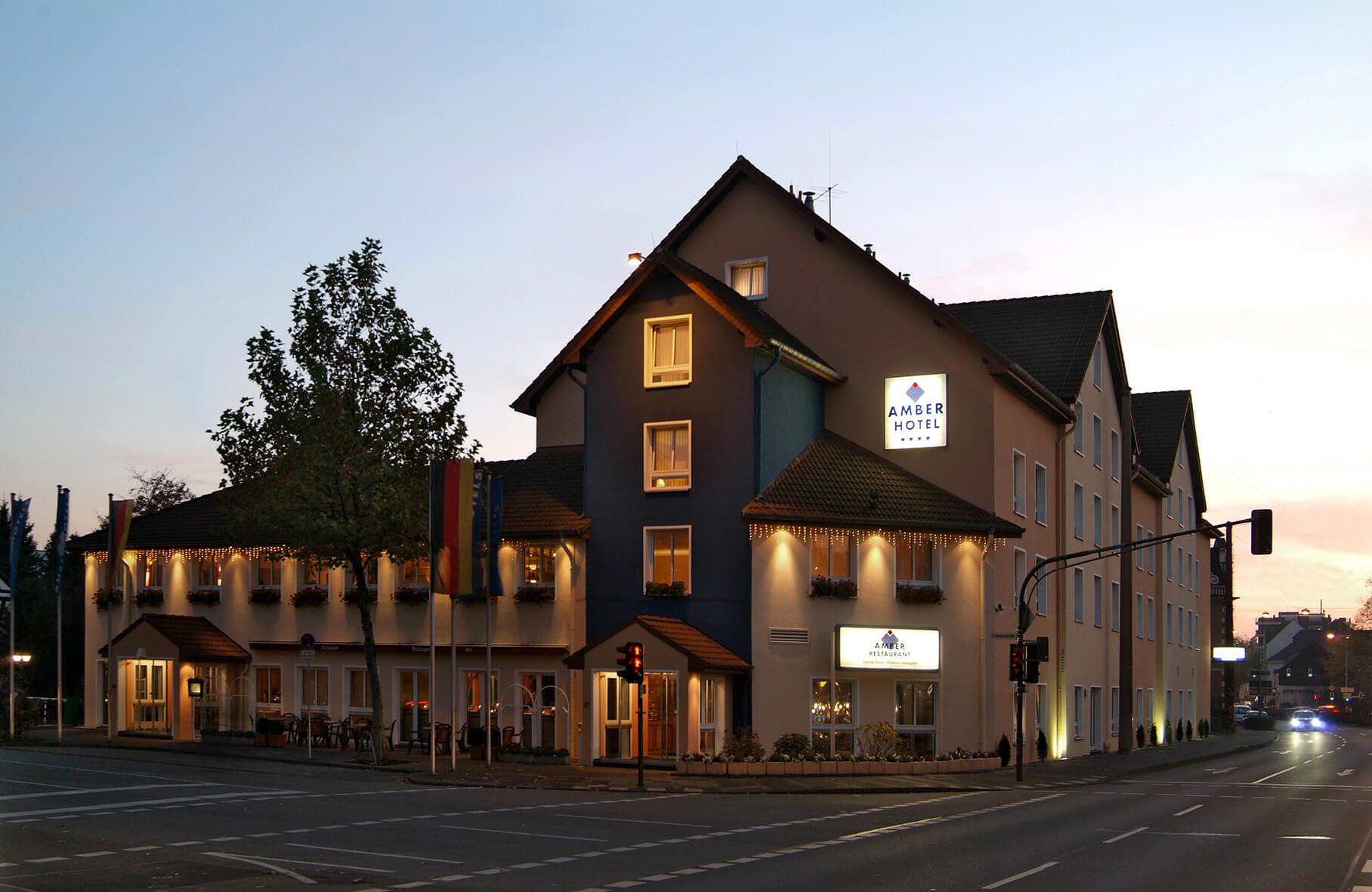 AMBER HOTEL Hilden/Düsseldorf Ansicht von außen, am Abend