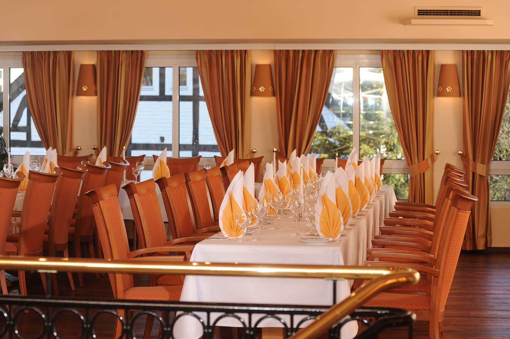"""Festlich eingedeckte Tische, Mit Segel-Servietten im Veranstaltungsraum """"Atrium""""des AMBER HOTEL Hilden/Düsseldorf"""