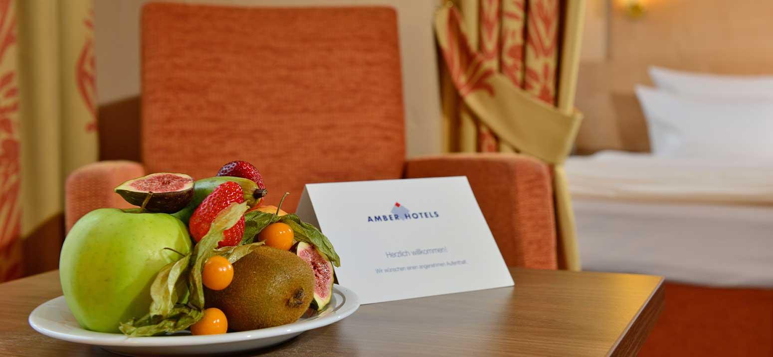 Zimmerbild, mit Obstkorb und Welcome-Card