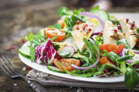 Salat mit Hähnchenbruststreifen