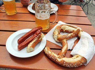 Bayrische Brotzeit mit Brezel, Maß Bier und Wurst