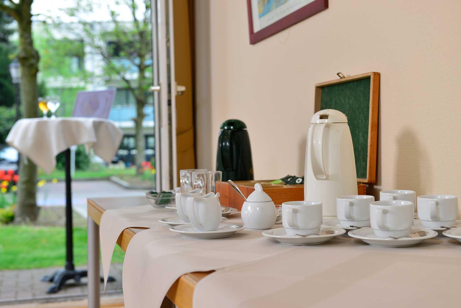 Kaffeepause im Raum Bonn mit Blick zum Hof