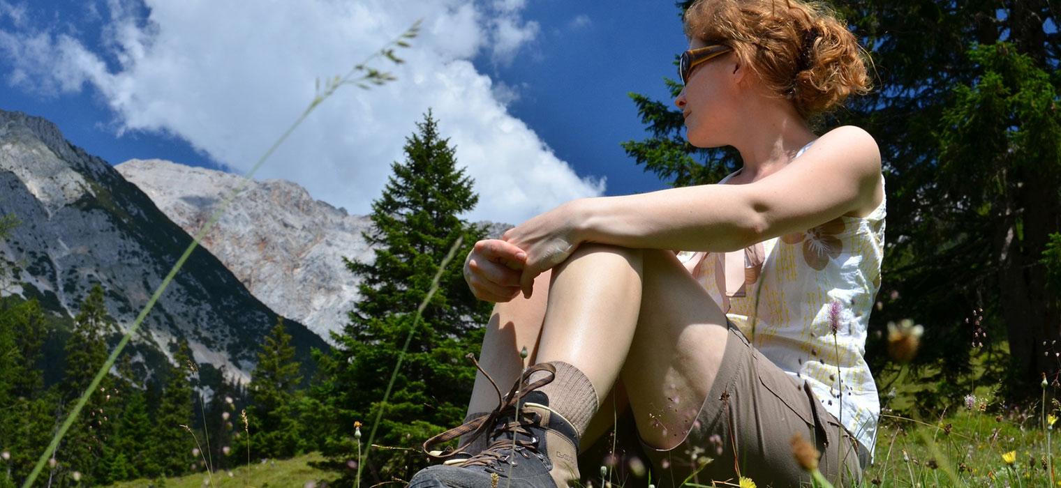 Wanderndes Mädchen auf Wiese, Foto: © The Photos/Fotolia.com