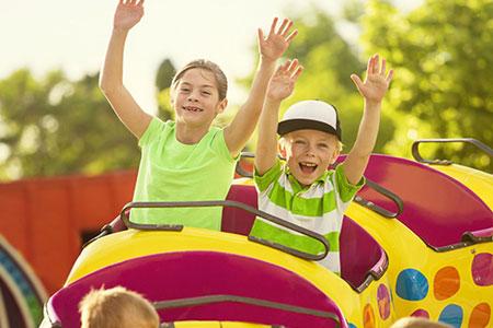 Kinder im Freizeitpark, Foto: © Dave Brobert/123rf.com