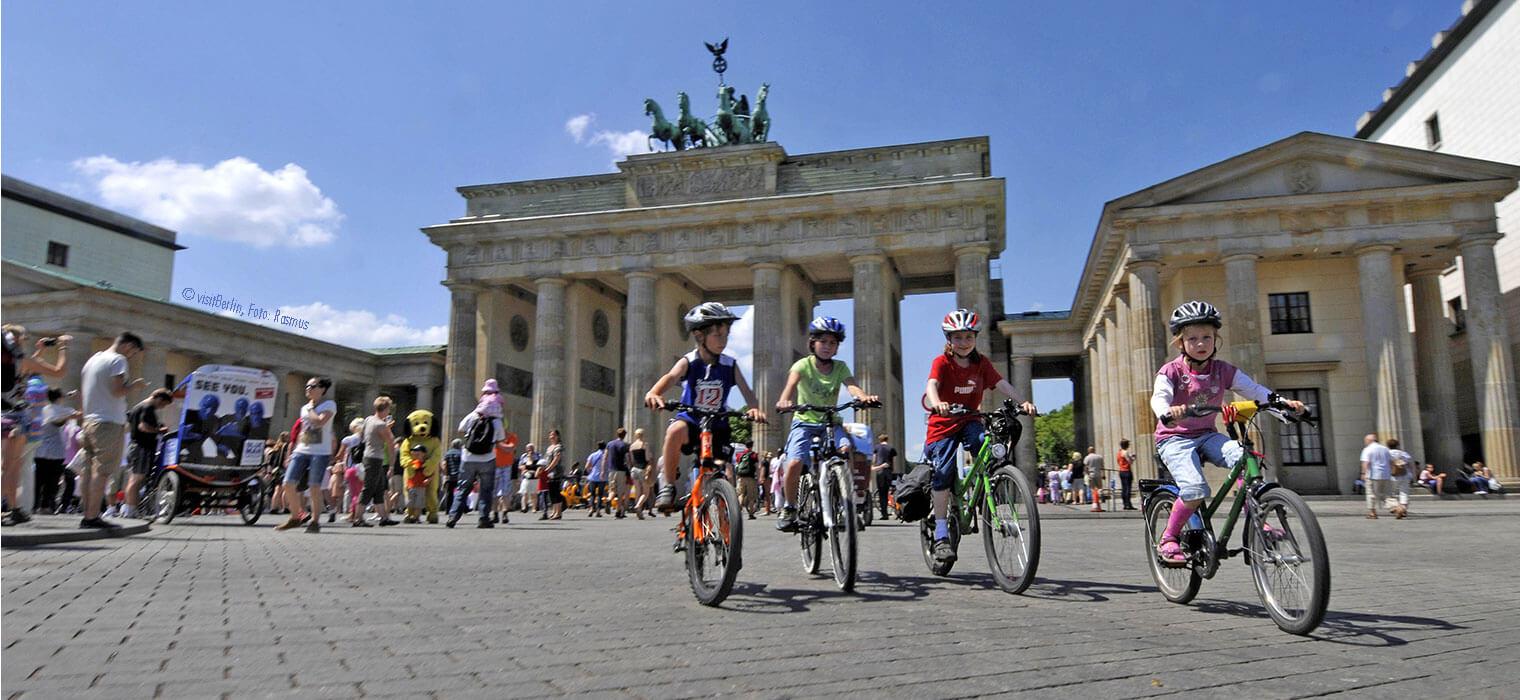 Kinder beim Radfahren am Brandenburger Tor © visitBerlin, Foto: Rasmus