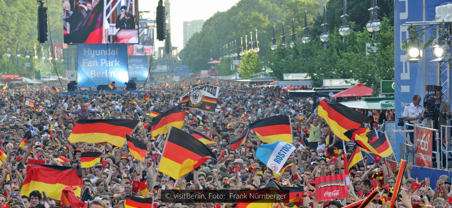 Fanmeile am Brandenburger Tor, Fußball-WM 2010. Copyright: visitberlin, Foto: Wolfgang Scholvien
